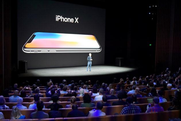 アップルのクックCEOは新機種「iPhoneX」をスマートフォンの未来だとアピールした。(米カリフォルニア州クパチーノ市)