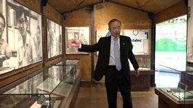創業時のプレハブ小屋の中で語る小部副会長(京都市の日本電産本社ビル)