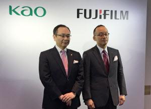 ヘアカラー用染料を共同開発した花王の長谷部佳宏取締役(左)と富士フイルムの柳原直人執行役員(21日、都内)