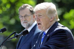 トランプ氏(右)は北朝鮮への制裁を強める(26日、スペインのラホイ首相と)=ロイター
