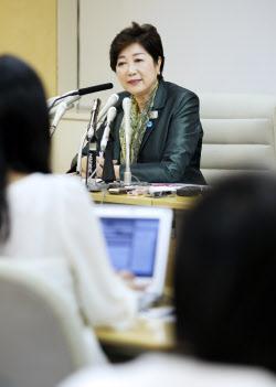 記者会見で新党名「希望の党」を発表する小池都知事(25日午後、都庁)
