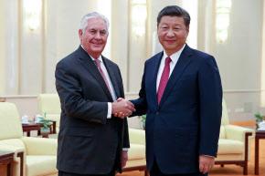 会談に臨むティラーソン米国務長官(左)と中国の習近平国家主席(30日、北京の人民大会堂)=ロイター