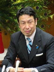 インタビューに応じる米山隆一・新潟県知事(12日午後、新潟市)