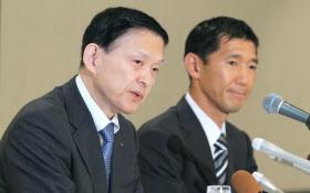 記者会見する東芝メモリの成毛社長(左)とベインキャピタルの杉本日本代表(13日午後、三重県四日市市)