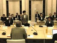 会議であいさつする小池知事(都庁)