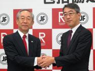 協定を結ぶ吉田・立命館大学学長(左)と菊地唯夫・日本フードサービス協会会長 (17日)