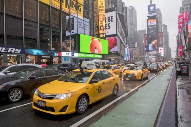 ニューヨーク市は自動車であふれている(5月、繁華街のタイムズスクエア)=AP