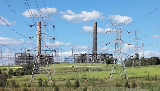 豪州は発電の過半を石炭に依存している(シドニー近郊のハンターバレーにある石炭火力発電所)=ロイター
