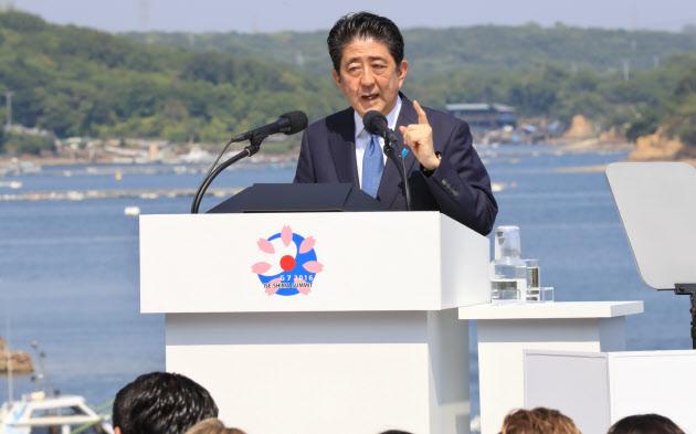 伊勢志摩サミットの議長国記者会見で、安倍首相は「世界経済が危機に陥るリスク」を強調した(2016年5月27日)