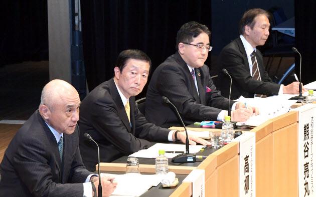 討論する(左から)越智、高柳、熊谷、岩田の各氏(18日午後、東京・大手町)
