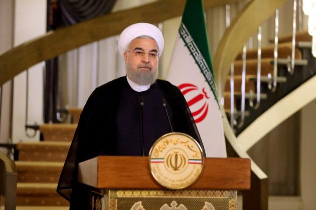 13日、テヘランでテレビ向け演説をするロウハニ・イラン大統領=ロイター