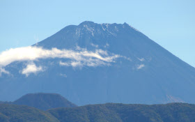 初冠雪が観測された富士山(23日午前、甲府市から望む)=三浦秀行撮影