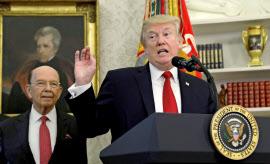 トランプ大統領やロス商務長官(左)は貿易協定が米国の産業競争力を落としてきたと主張する(24日、ホワイトハウス)=ロイター