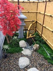 竹垣や石灯籠で日本的な雰囲気を出す