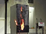 再現実験で出火する食器洗い機(NITE提供)=共同