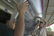 米国は太陽光パネルへの緊急輸入制限発動を検討する(中国の工場)=ロイター