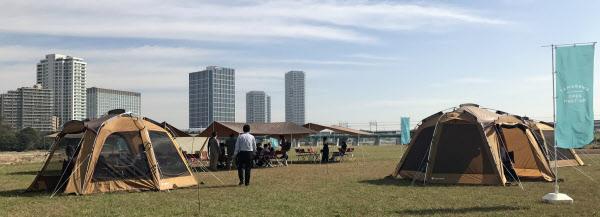 多摩川河川敷には仕事用のテントが並んだ(2日、川崎市)