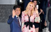 安倍首相との夕食会で日本旅館に入るイバンカ米大統領補佐官(右)(3日夜、東京・大手町)