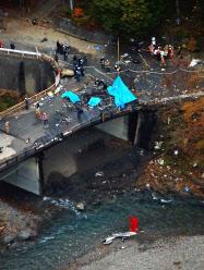 ヘリ墜落、搭乗の4人死亡 群馬・上野村の橋付近 (写真=共同 ...