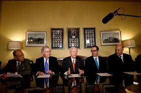 9日、下院とは別にまとめた税制改革法案を説明する共和党の上院指導部