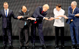 ASEAN首脳会議の開会式に参加したトランプ米大統領(中央)ら(13日、マ<a href='http://erecipe.woman.excite.co.jp/search/?_token=0893b56e3cfe111&word=ニラ'>ニラ</a>)=ロイター