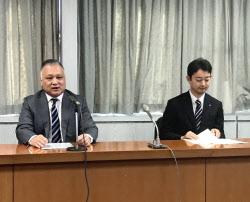 記者会見するミニストップの藤本社長(左)と千葉市の熊谷市長(21日、千葉市)