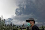 バリ島東部アグン山の噴火警戒レベルは最高に(26日)=ロイター