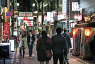 多くの飲食店が集まる横浜・野毛の繁華街=共同