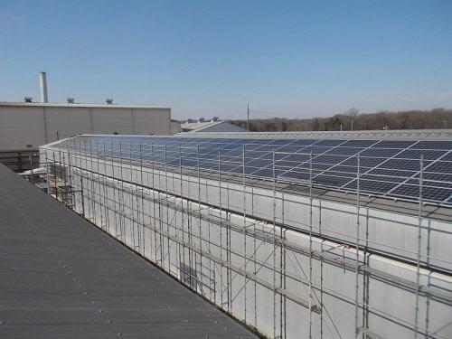下妻農場の鶏舎屋根に設置した太陽光パネル(出所:加茂川啓明電機)