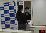 鏡のように顔を写す表示板の指示に従って操作する