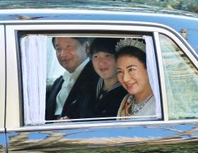 新年祝賀の儀のため元赤坂の東宮御所から皇居へ向かう皇太子ご一家(1日午前)