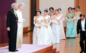 新年祝賀の儀に臨む天皇、皇后両陛下(1日午前、皇居・宮殿「松の間」)=代表撮影