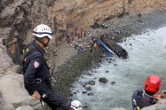 リマ北郊のパサマヨで長距離バスが崖下の海岸に転落した事故現場(2日)=ロイター