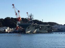 横須賀港に停泊中の米空母ロナルド・レーガン