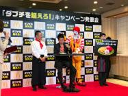 ダブルチーズバーガーの人気超えをめざして新商品を投入する(東京都内)