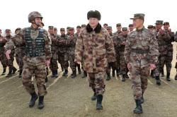 1月3日、初の全軍訓練開始大会で訓令を発した後、軍を視察する習近平国家主席(中央、河北省)=新華社・共同