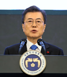 ソウルの韓国大統領府で年頭の記者会見に臨む文在寅大統領(10日)=聯合・共同
