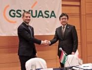 駐日ハンガリー大使と握手を交わすGSユアサの村尾社長(右)(11日、京都市)