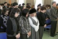 阪神大震災と東日本大震災の遺児らの交流会で黙とうする参加者(13日、神戸市)=共同