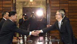 協議に臨む韓国側と北朝鮮側の代表ら(15日、板門店の北朝鮮側施設)=韓国統一省提供・AP