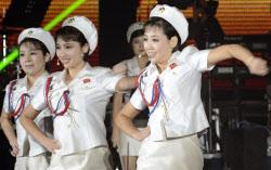平壌で行われた公演で歌に合わせて踊る「牡丹峰楽団」のメンバー(2013年10月)=共同