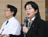 網膜へのiPS細胞移植で合併症が起きたことを報告する理化学研究所の高橋政代プロジェクトリーダー(右)(16日午後、神戸市)