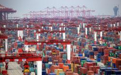 世界経済の回復で輸出は好調(コンテナが並ぶ上海の港)