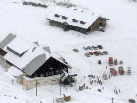 23日午後、噴火した草津白根山の麓にあるスキー場のレストハウス付近に集まった救急車=共同