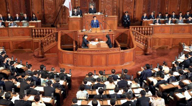 22日、衆院本会議で施政方針演説をする安倍首相