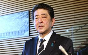 平昌五輪開会式への出席について記者の質問に答える安倍首相(24日午前、首相官邸)