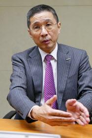 記者団の取材に応じる日産自動車の西川広人社長