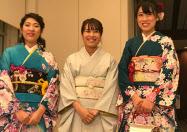 実行委員会代表の西室さん(中)と晴れ着姿を喜ぶ新成人(12日、東京都八王子市)