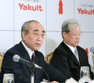 提携契約解消について記者会見する堀会長(左)ら(13年、東京都千代田区)
