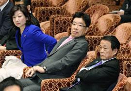 衆院予算委に臨む(左から)野田総務相、加藤厚労相、麻生財務相(19日午前)=共同